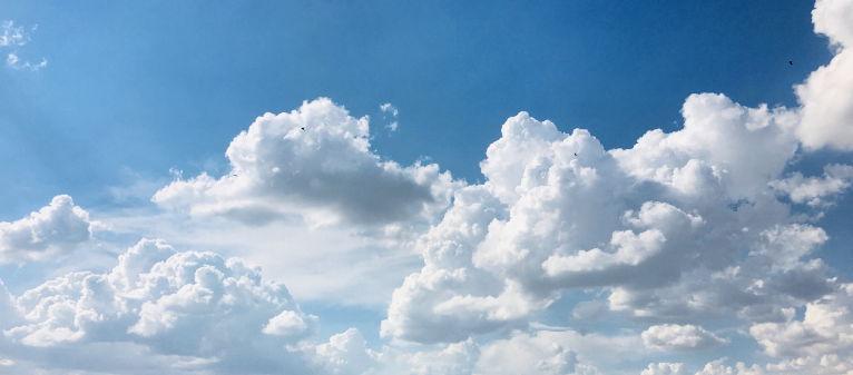Mooie blauwe lucht met witte wolke