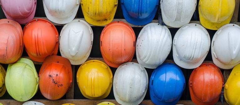 Gekleurde helmen die iets aangeven over wat een adviseur, ontwikkelaar doet